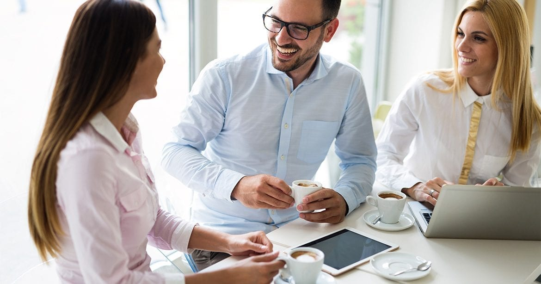 Cinci trucuri ca sa te imprietenesti rapid cu noii tai colegi